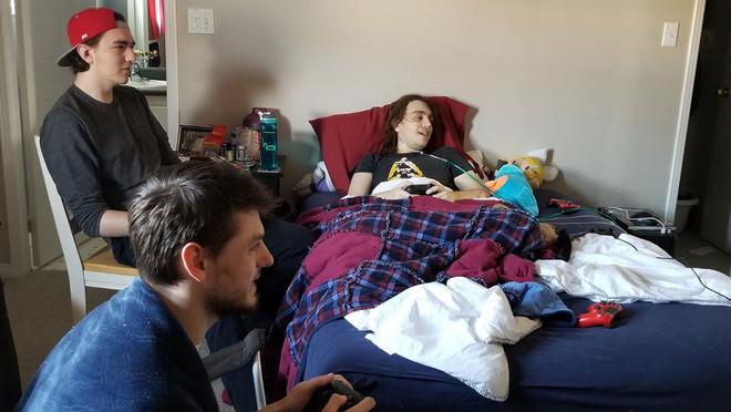 Chris Taylor juga desde su cama junto a unos amigos a Super Smash Bros Ultimate, que Nintendo no lanzará hasta finales de año.