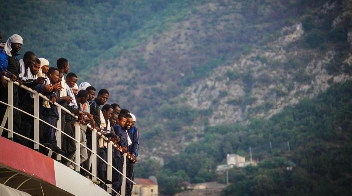 Cientos de inmigrantes llegan a puerto a bordo de la embarcación Vos Prudence, de Médicos Sin Fronteras, en el puerto de Salerno.