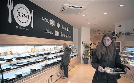 Clientes en la tienda de Tento en Consell de Cent con paseo de Sant Joan.