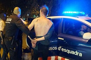 Momento en el que el hombre es detenido por la policía, la noche del martes.