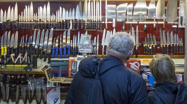 Cuchillos de todo tipo y condición, en la Cuchillería Primitivo Labrador, en el Raval de Barcelona.