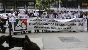 Protesta de entidades ante la sede de Treball de Barcelona por la deficiencte implantaciónde la renta, el mes pasado.