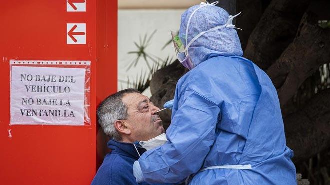 Comienza el estudio para conocer la dimensión real del coronavirus en España. En la foto,Pepe Bernat, barrendero de oficio, mientras le realizaban el test en el Hospital de La Malvarrosa.