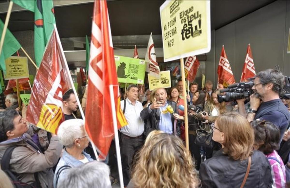 Los funcionarios de la Generalitat empezarán a recuperar la paga extra en octubre