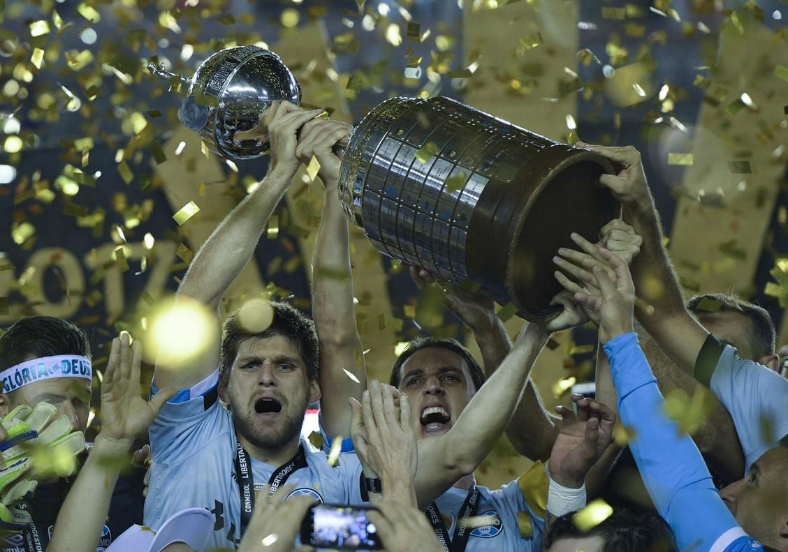 Los jugadores del Gremio levantan la Copa Libertadores del 2017.