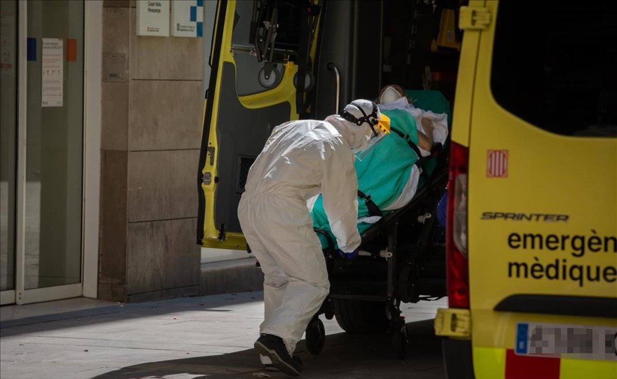 Traslado de un enfermo de coronavirus en el CAP Pere Camps de Barcelona.