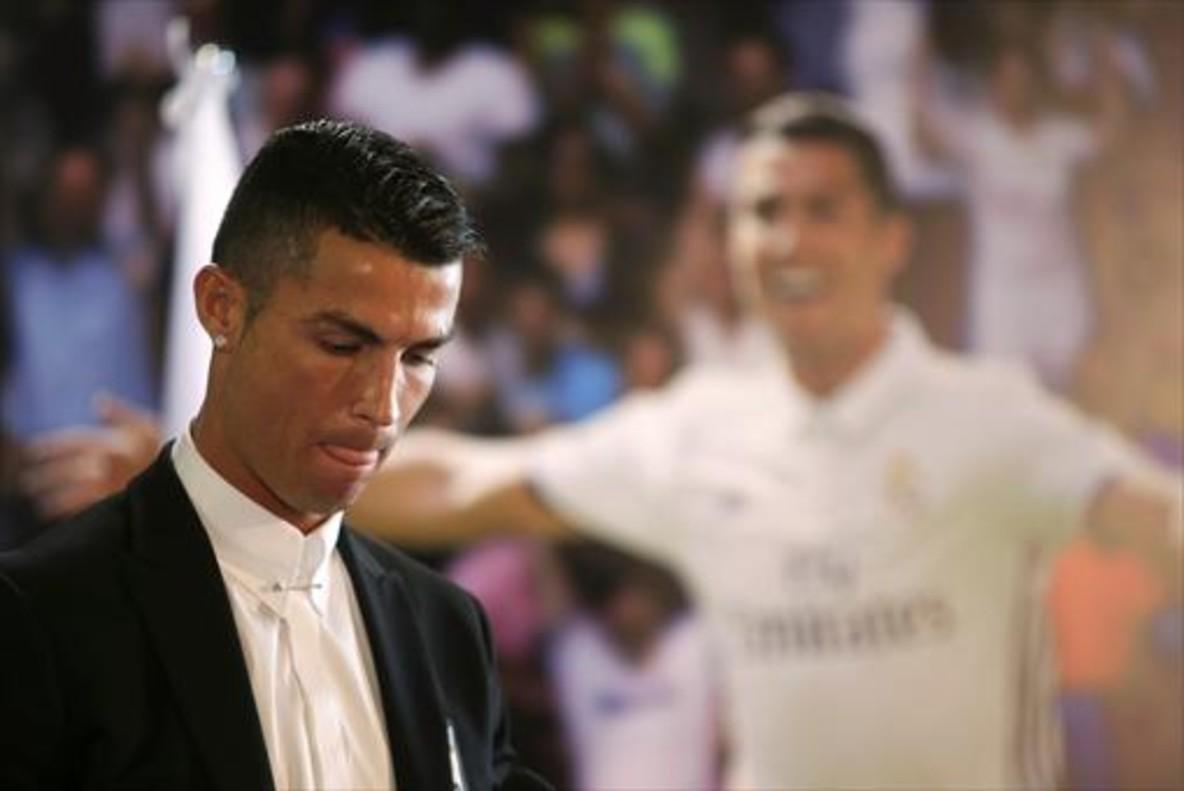 Cristiano Ronaldo, en el acto de su renovación con el Madrid, el pasado mes de noviembre, en el Bernabéu.