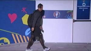 Cristiano Ronaldo luce unas curiosas medias a su llegada al Parque de los Príncipes para medirse con Austria.