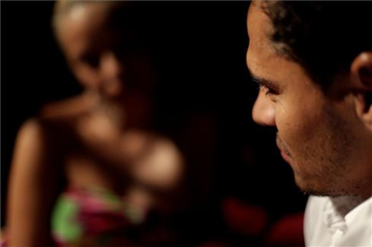 Imagen que refleja un instante de seducción entre un hombre y una mujer