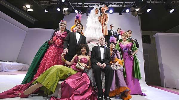 El grupo teatral presenta su espectáculo Campanadas de boda.