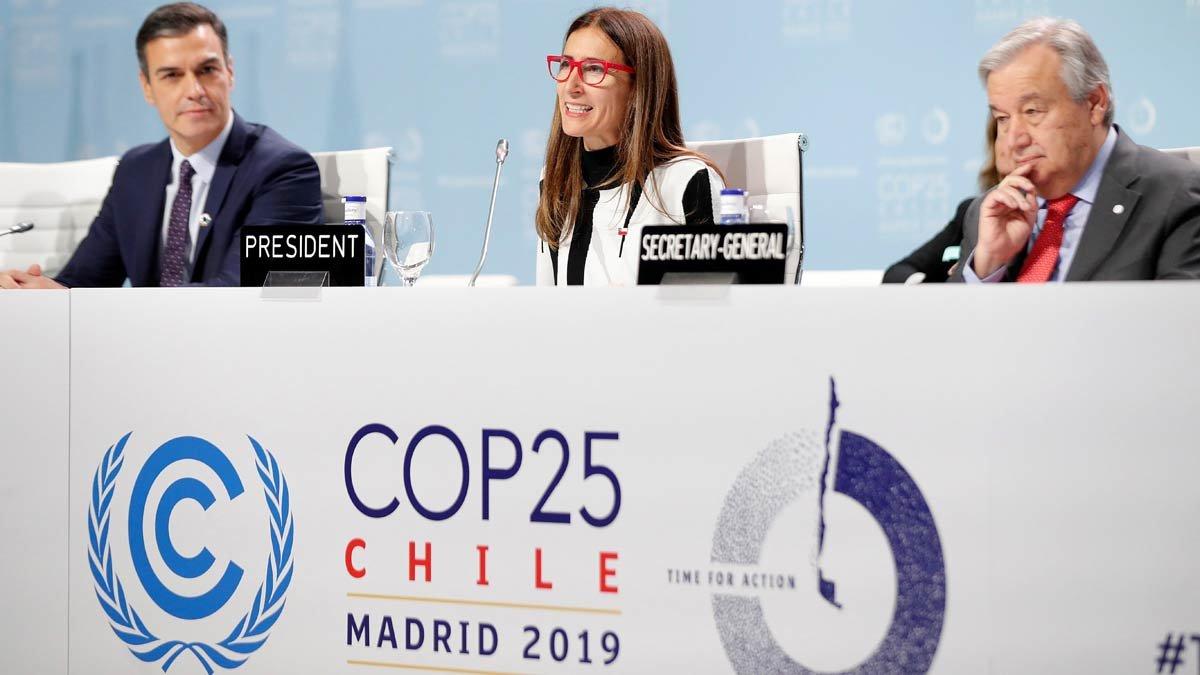 La presidenta de la COP25 y ministra de Medio Ambiente de Chile, Carolina Schmidt, acompañada por el presidente del Gobierno español, Pedro Sánchez, y el secretario general de las Naciones Unidas, António Guterres, durante la ceremonia de apertura de la Cumbre del Clima de Madrid.