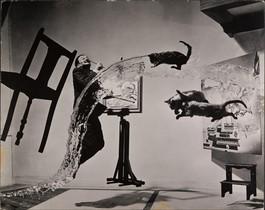 Dalí atomicus, imagen definitiva creadapor Philippe Halsman en 1948, que forma parte de la exposición ¡Sorpréndeme!, en CaixaForum. Antes habían repetido la escena 26 veces, lanzando gatos y agua al aire e incluyendo el cuadro de Dalí, que él mismo pintó sobre el contacto.