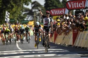 El ciclista irlandés Dan Martin triunfa en el Muro de Bretaña.