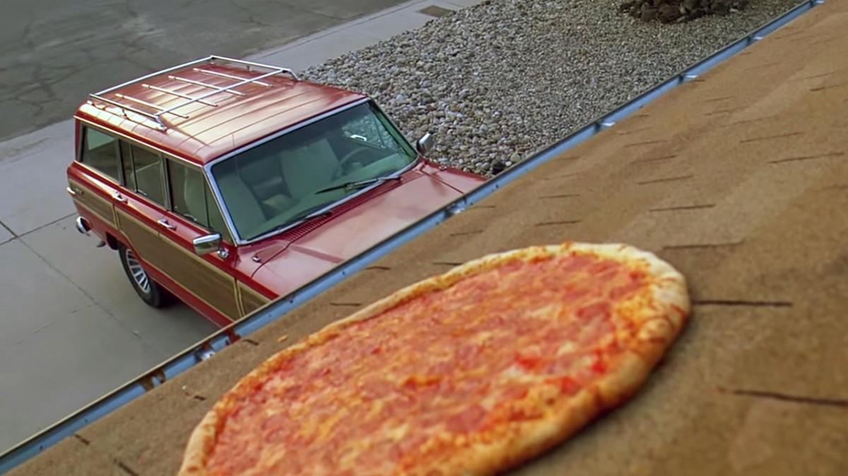 Desde hace cuatro años los fans de 'Breaking Bad' no han dejado de lanzar pizzas sobre la casa donde se rodó la serie.