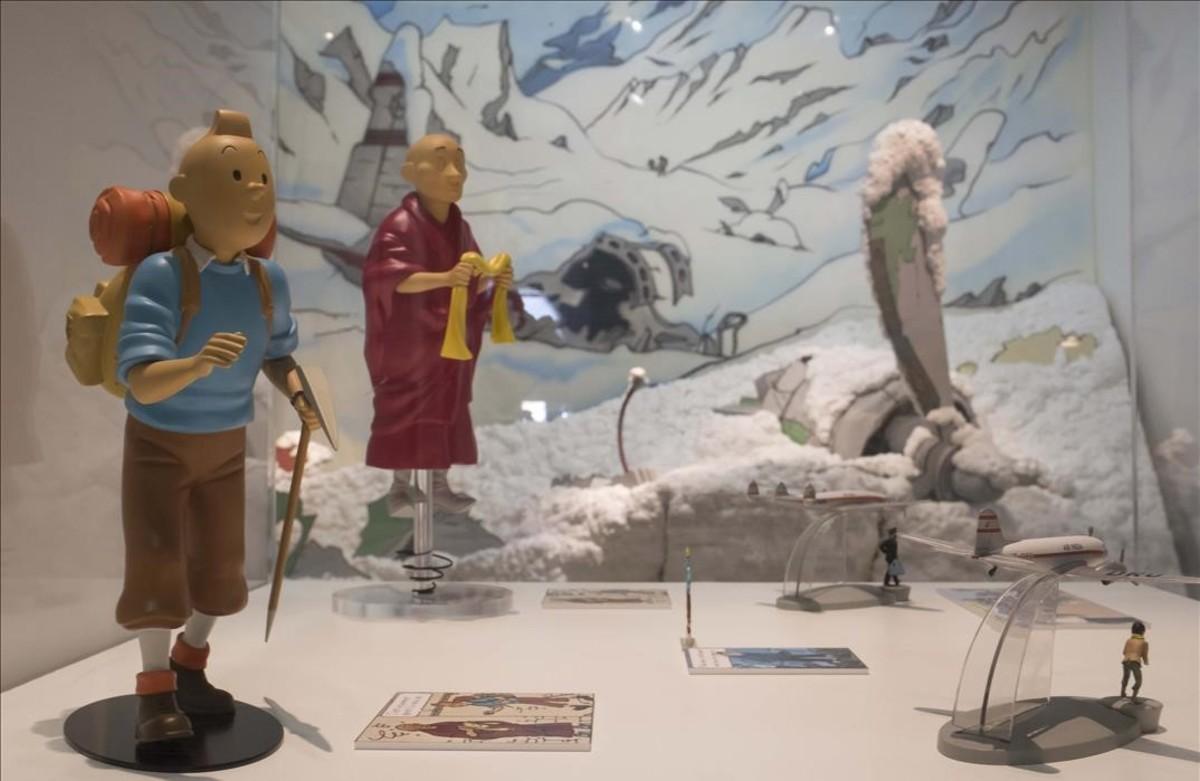 Detalles de la muestra del Museu dHistòria de Catalunya sobre las influencias de la vida real que el dibujante belga Hergé trasladó a Tintín en el Tíbet.