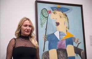 Diana Wildmaier, nieta de Picasso, junto a 'Maya con traje de marinero', en la inauguración de 'Picasso retratos'en Londres.