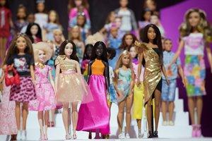 Docenas de muñecas Barbie en la feria del juguete de Nueva York, en el 2018.