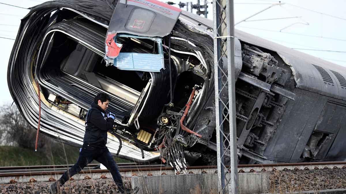 Dos muertos y 27 heridos al descarrilar un tren en Italia.