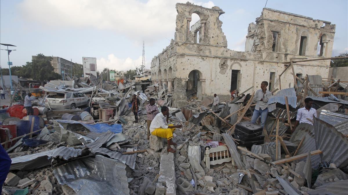 Unedificio destruido tras un ataque con un coche bomba en Mogadiscio.