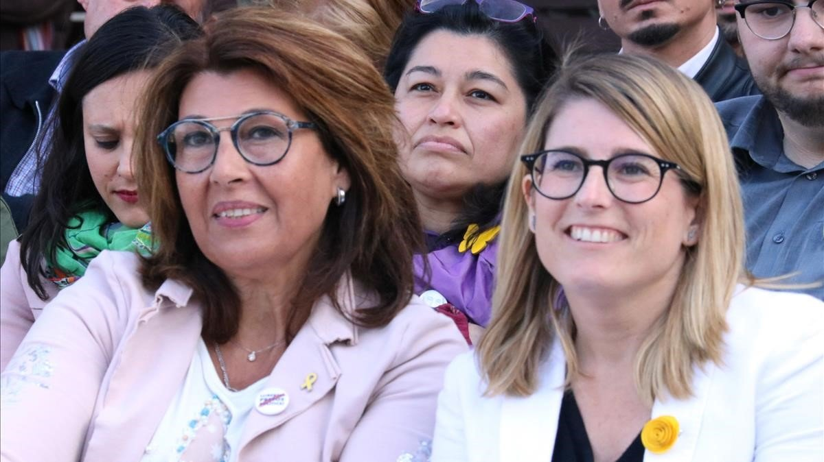 Elsa Artadi, con la esposa del número 1 de JxCat por Barcelona, Joaquim Forn, este miércoles, en un mitin del partido.