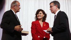 El empresario Pere Relats, recibe la medalla de honor de los premios Pimes 2018 de la mano de la vicepresidenta del Gobierno, Carmen Calvo, y del presidente de Pimec, Josep González.