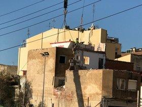 Derribo del edificio afectado con aluminosis, en el pasaje de la Torre, del barrio de la Salut de Badalona.