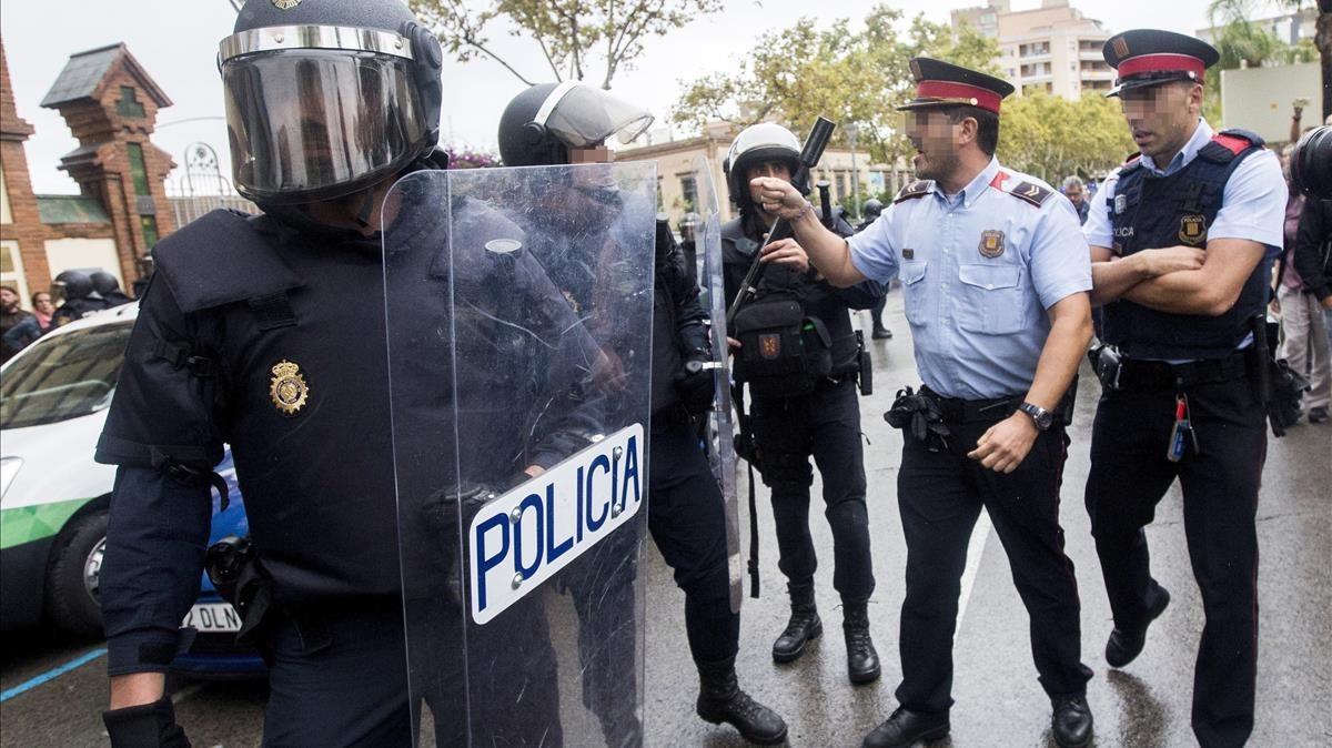 Enfrentamiento verbal entre agentes de los Mossos y la Guardia Civil en el IES Can Vilumara de lHospitalet de LLobregat.