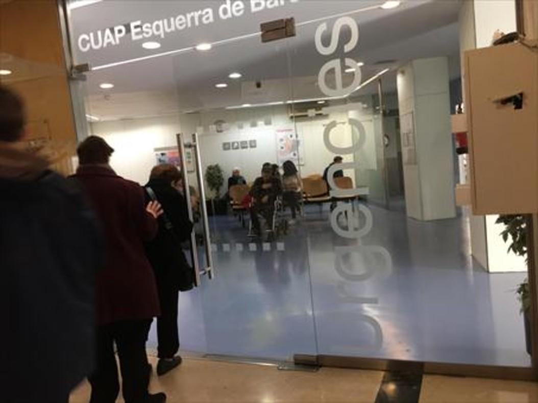 Entrada del servicio de urgencias del CUAP Manso de Barcelona, ayer.