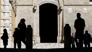 Entrada principal de la sede dentral del banco Monte Paschi di Siena, en Siena.