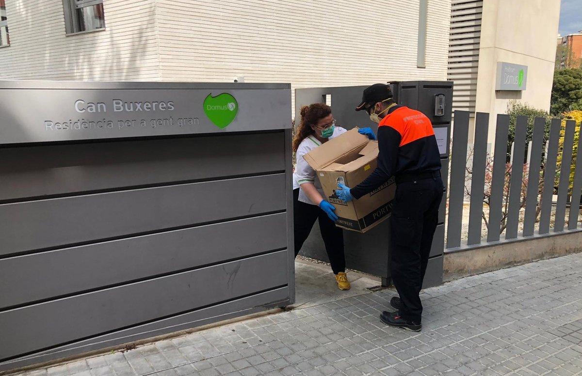 Entrega de material sanitario en la residencia Can Buxeres de L'Hospitalet de Llobregat.