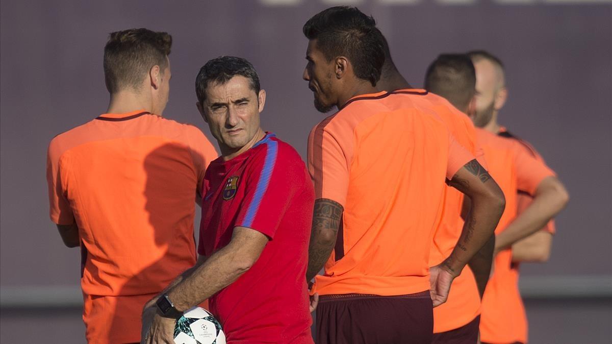 Ernesto Valverde, junto a Paulinho en un entrenamiento del Barça.