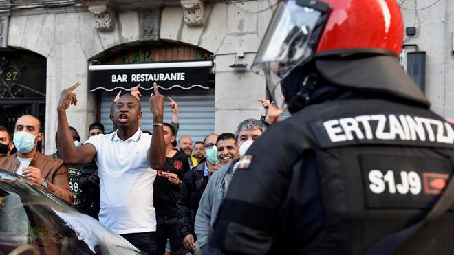 La Ertzaintza carga en Bilbao tras un mitin de Vox