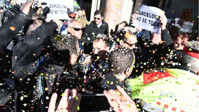 Escrache de los taxistas a los directivos de las VTC en un acto en Barcelona.