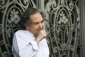 El escritor Ricardo Piglia en el Paseo de Gràcia.