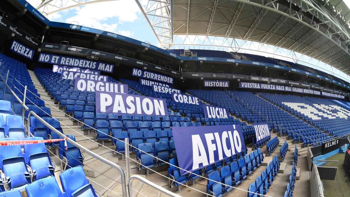 El Espanyol viste su grada con mensajes de apoyo a la afición.