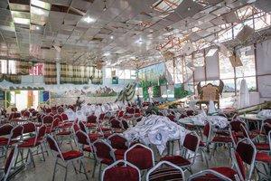 Estado en el que ha quedado la sala donde se celebraba la boda donde un suicida se ha hecho explotar en Kabul.
