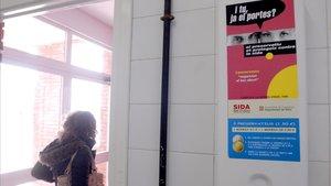 Un expendedor de preservativos situado en los lavabos de un instituto catalán.