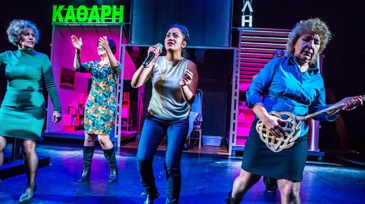 Cuatro de las intérpretes de 'Clean City' en una escena musical dela función.