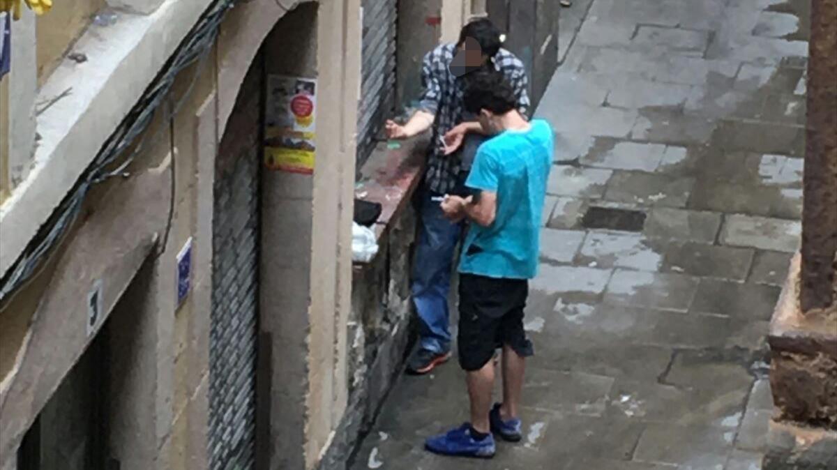 Consumidores en la calle. Fotografía facilitada por vecinos de la calle En Roig.