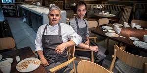 Nandu Jubany y Maties Coll, en el comedor abierto a la cocina de Pur.