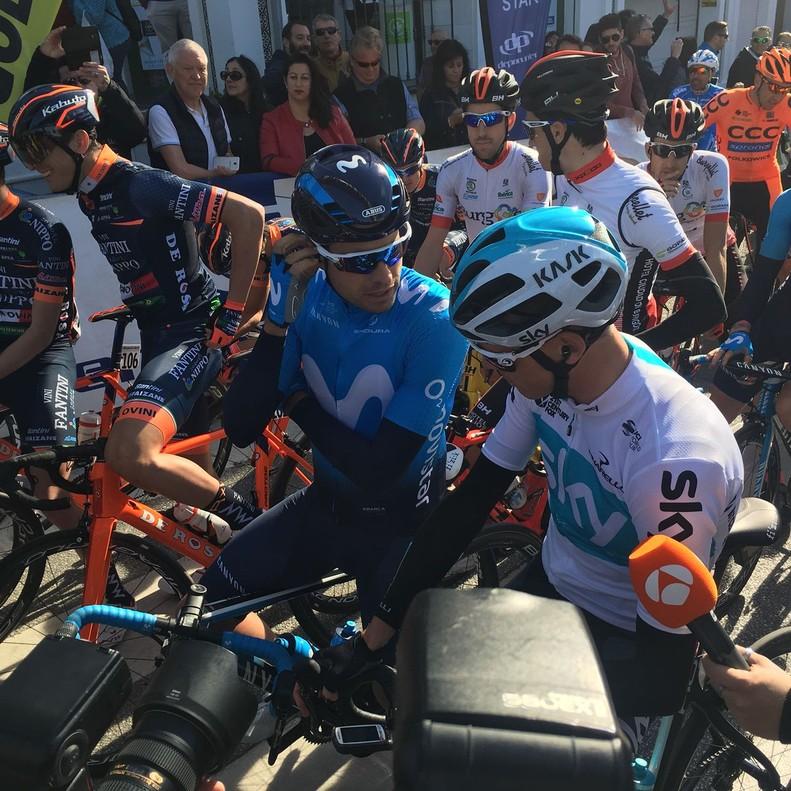 Chris Froome (de blanco) habla con Mikel Landa instantes antes de darse la salida a la primera etapa de la Vuelta a Andalucía, en Mijas (Málaga).