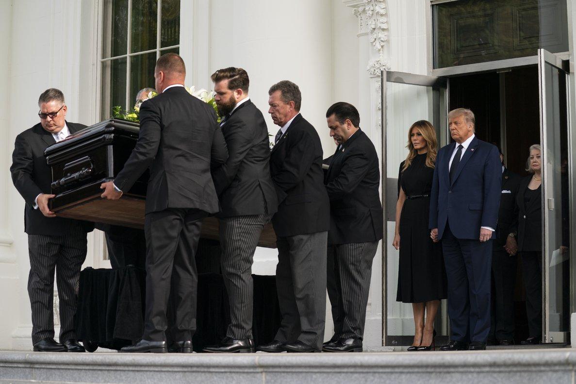 Esta es la primera vez que los restos de un ciudadano sin un cargo público son llevados a la mansión presidencial para unas exequias desde 1936.