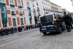 Furgón policial en la Puerta del Sol en Madrid.