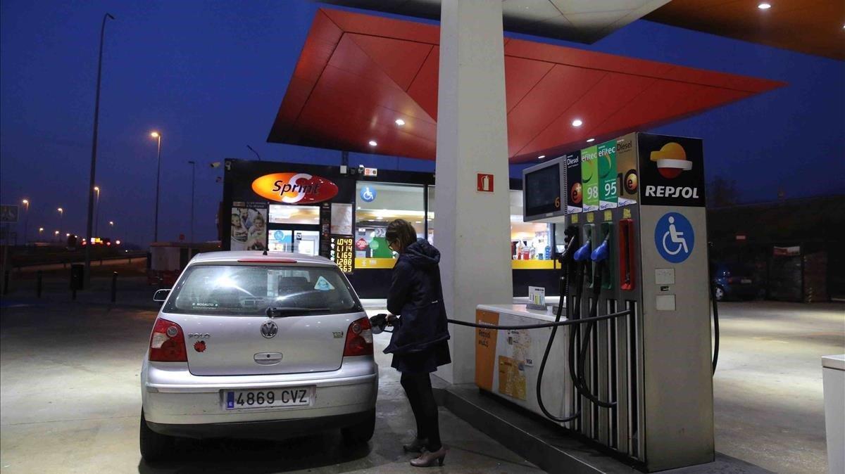 Los carburantes suben el IPC interanual en febrero
