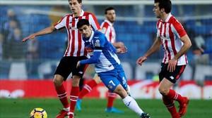 Gerard Moreno pelea un balón ante Iturraspe y Lekue.
