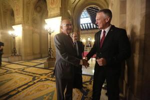 El presidente de la comisión de Afers Institucionals, Jean Castel (derecha), recibe a Miguel Ángel Gimeno, este miércoles en el Parlament.