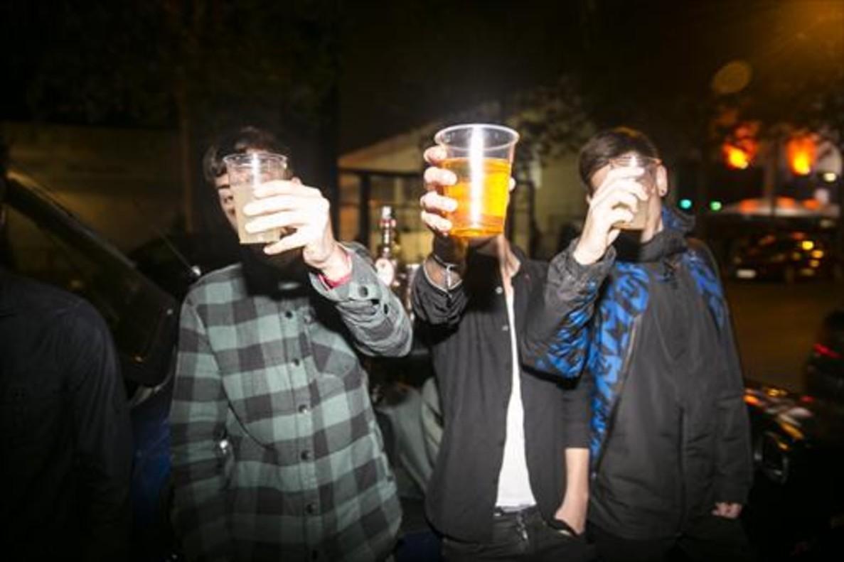 Un grupo de jóvenes hacen botellón en la zona de ocio nocturno de Mataró.
