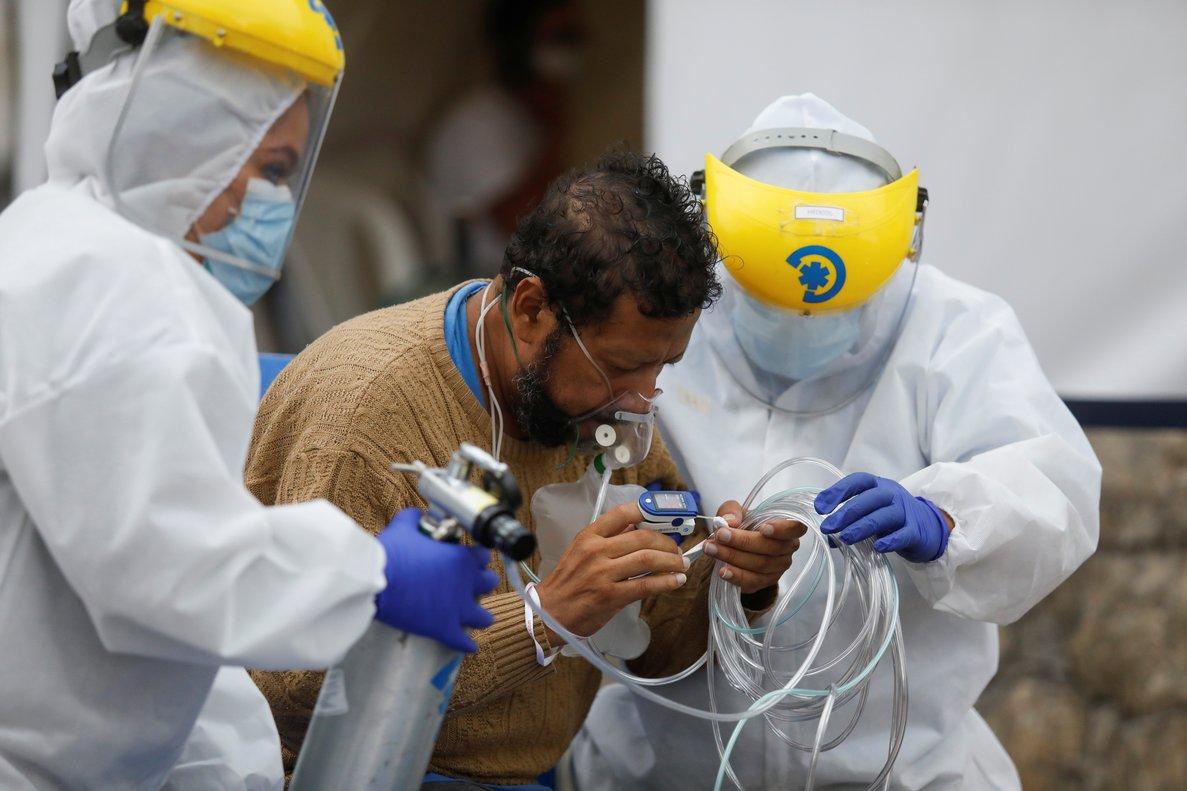 A la crisis derivada del exceso de pacientes se suma que 347 médicos y personal de salud han dado positivo al coronavirus.
