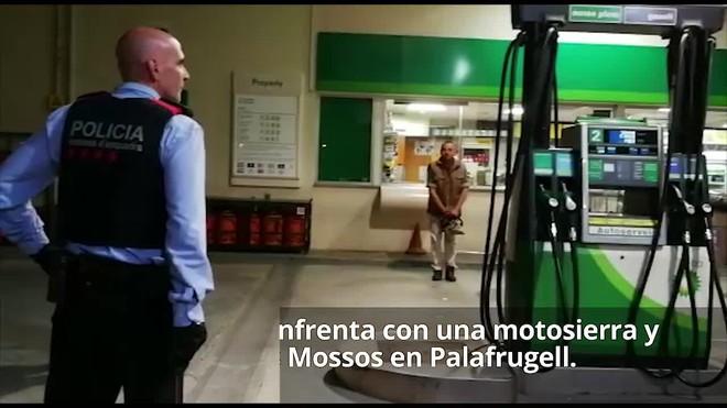 Un home s'enfronta amb una motoserra i un ganivet a la policia a Palafrugell.