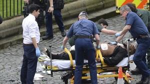 El presunto autor del ataque en Londres mientras es trasladado a una ambulancia.
